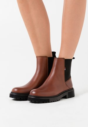 ESSENTIAL CHELSEA BOOT - Classic ankle boots - winter cognac