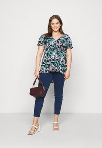 Simply Be - PRINTED PUFF SLEEVE TUNIC - T-shirt med print - black - 1