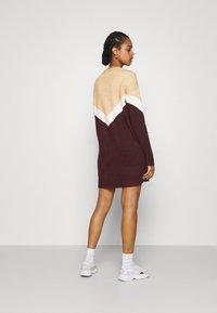 Vero Moda - VMGINGOBLOCK O-NECK DRESS  - Strikket kjole - cabernet/birch/tan - 2