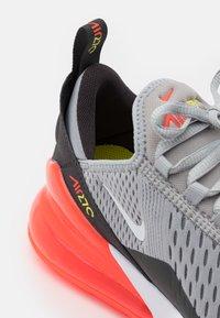 Nike Sportswear - NIKE AIR MAX 270 - Sneakers laag - light smoke grey/white/dark smoke grey - 5
