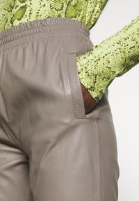 Oakwood - GIFTER - Leather trousers - mastic - 4