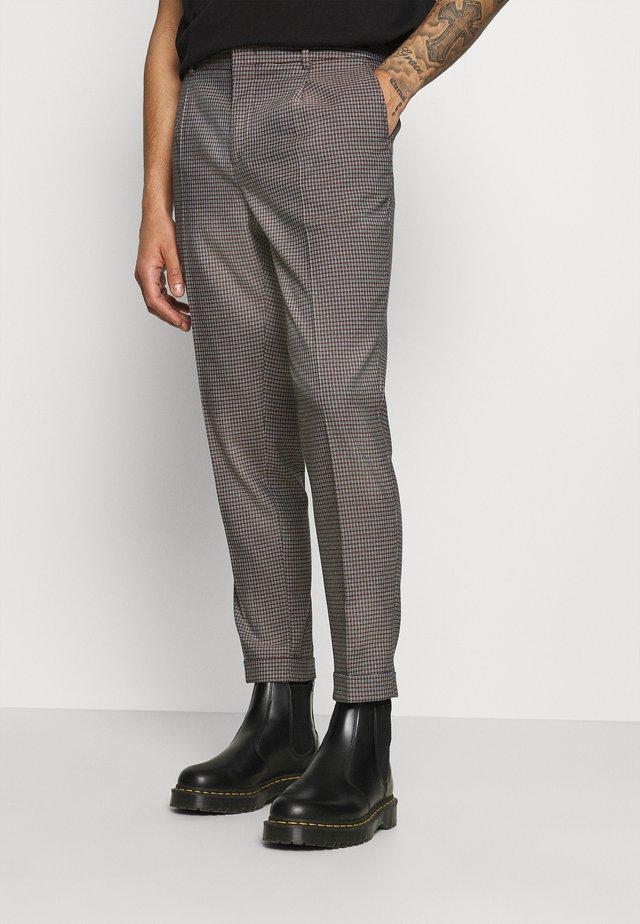 BLAKE CLASSIC PLEATED STRUCTURED - Pantaloni - dark brown