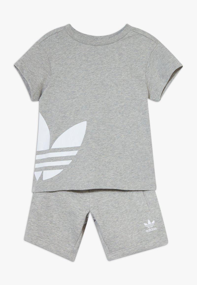 adidas Originals - TREFOIL SET - Pantalones deportivos - mgreyh/white