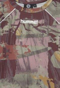 Hummel - PLENA  - Triko spotiskem - vetiver - 3