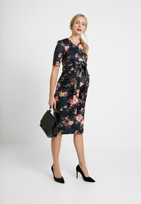 True Violet Maternity - BODYCON DRESS WITH OPEN BACK AND BOW - Trikoomekko - multi-coloured - 2
