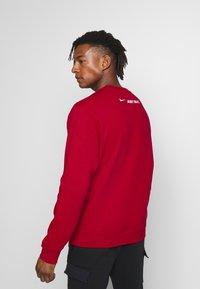 Nike Sportswear - NIKE SPORTSWEAR SWOOSH-RUNDHALSSHIRT FÜR HERREN - Sweatshirt - university red - 2
