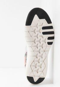 Nike Performance - FLEX TRAINER 9 - Kuntoilukengät - vast grey/white/coral stardust/phantom - 4