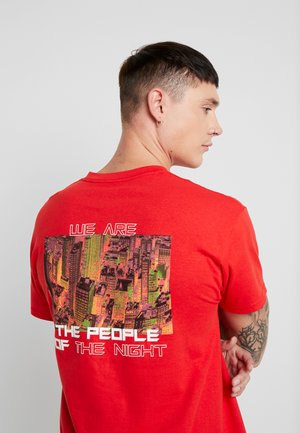 WE ARE THE NIGHT - Print T-shirt - red