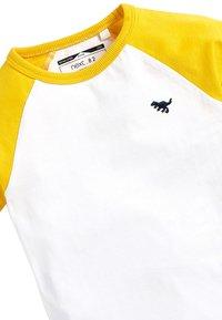 Next - MULTI 4 PACK RAGLAN SLEEVE T-SHIRTS (3MTHS-7YRS) - Print T-shirt - white - 6