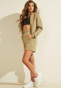 Guess - LOGODREIECK - Sports shorts - beige - 1