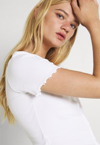Pieces - PCMUDITH CROPPED - Cardigan - bright white - 3
