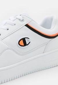Champion - LOW CUT SHOE REBOUND - Obuwie do koszykówki - white/black/orange - 5