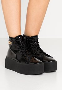 Versace Jeans Couture - HIGH UPPER PLATFORM SOLE - Sneakersy wysokie - nero - 0