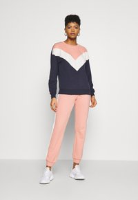 ONLY - ONLASHLEY PANTS - Pantalones deportivos - rose dawn/rose/ apple butter - 1
