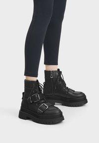 Bershka - Kotníkové boty na platformě - black - 0