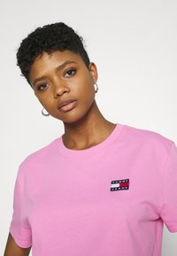Tommy Jeans - BADGE TEE - Jednoduché triko - pink daisy - 3