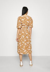 Glamorous - MIDI DRESSES WITH PUFF SLEEVES LOW V-NECK AND TIE BELT - Sukienka letnia - brown - 2