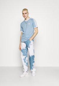 adidas Originals - STRIPES TEE - T-shirt z nadrukiem - ambient sky - 1