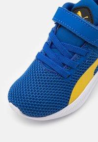 Puma - FLYER RUNNER UNISEX - Neutral running shoes - lapis blue/super lemon/white - 5