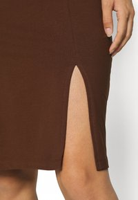 Even&Odd - BASIC - Midi skirt with slit - Pouzdrová sukně - dark brown - 4
