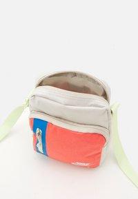 Nike Sportswear - TECH CROSSBODY AIR UNISEX - Taška spříčným popruhem - light bone/magic ember/white - 2