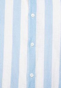 Frescobol Carioca - LINEN STRIPED SHIRT - Košile - light blue/white - 6