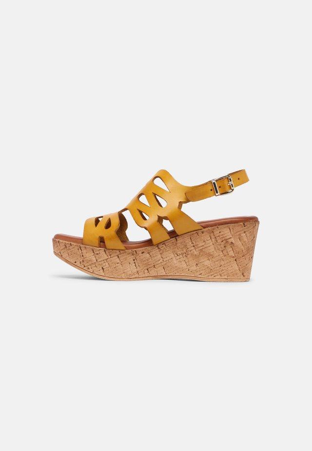 Sandales à plateforme - sand/mostaza