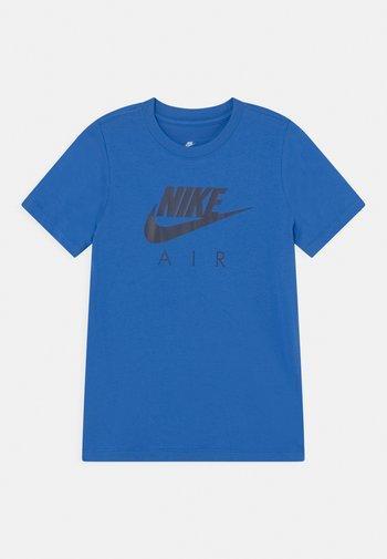 AIR TEE - Print T-shirt - signal blue