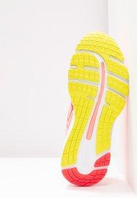 ASICS - GEL-CUMULUS 21 - Zapatillas de running neutras - sun coral/laser pink - 4