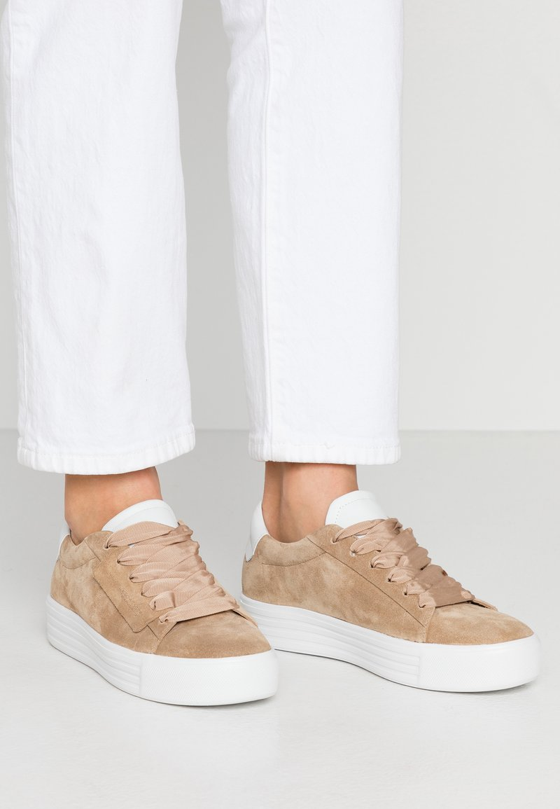 Kennel + Schmenger - UP - Trainers - leone