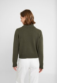 NA-KD - PAMELA REIF HIGH NECK  - Strikkegenser - army green - 2