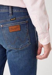 Wrangler - GREENSBORO - Straight leg jeans - dirty green - 4