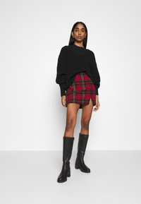 Hollister Co. - CHAIN PLAID MINI STATEMEN - Miniskjørt - red - 1