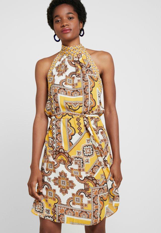 PAISLEY HALTER SHIFT - Denní šaty - ochre