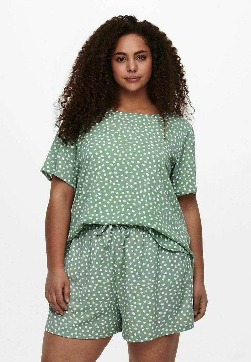 ONLY Carmakoma - CARLUXINA - Print T-shirt - chinois green