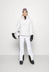 Superdry - SLALOM SLIM - Spodnie narciarskie - white - 1