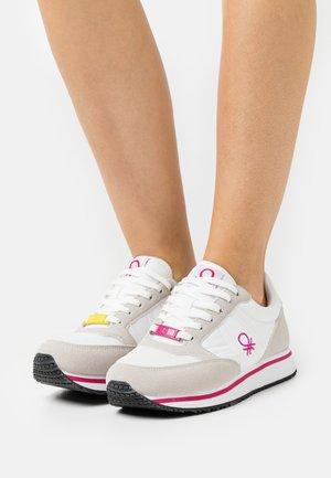 WORD MIX - Sneakers basse - white/fucisa