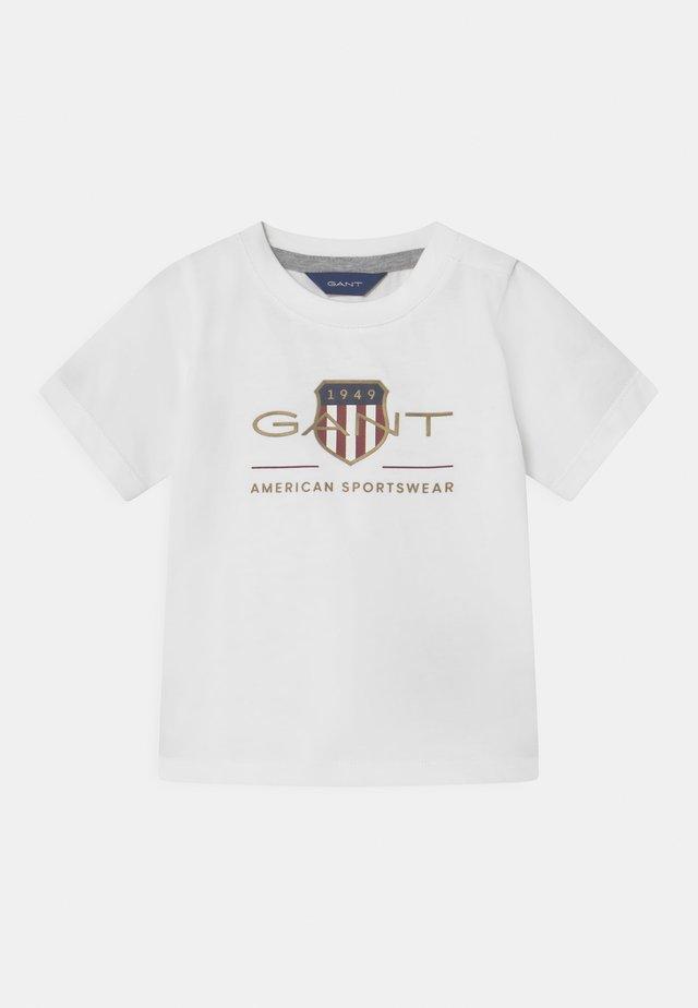 ARCHIVE SHIELD - T-shirt med print - white