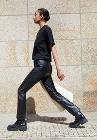 Victoria Victoria Beckham - STRAIGHT LEG TROUSER - Skindbukser - black - 2