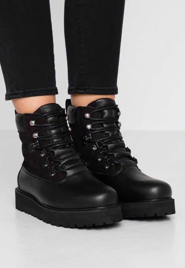 HIKER BOOT - Kotníkové boty na platformě - black
