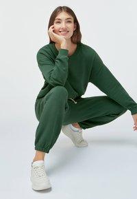 OYSHO - Tracksuit bottoms - green - 3