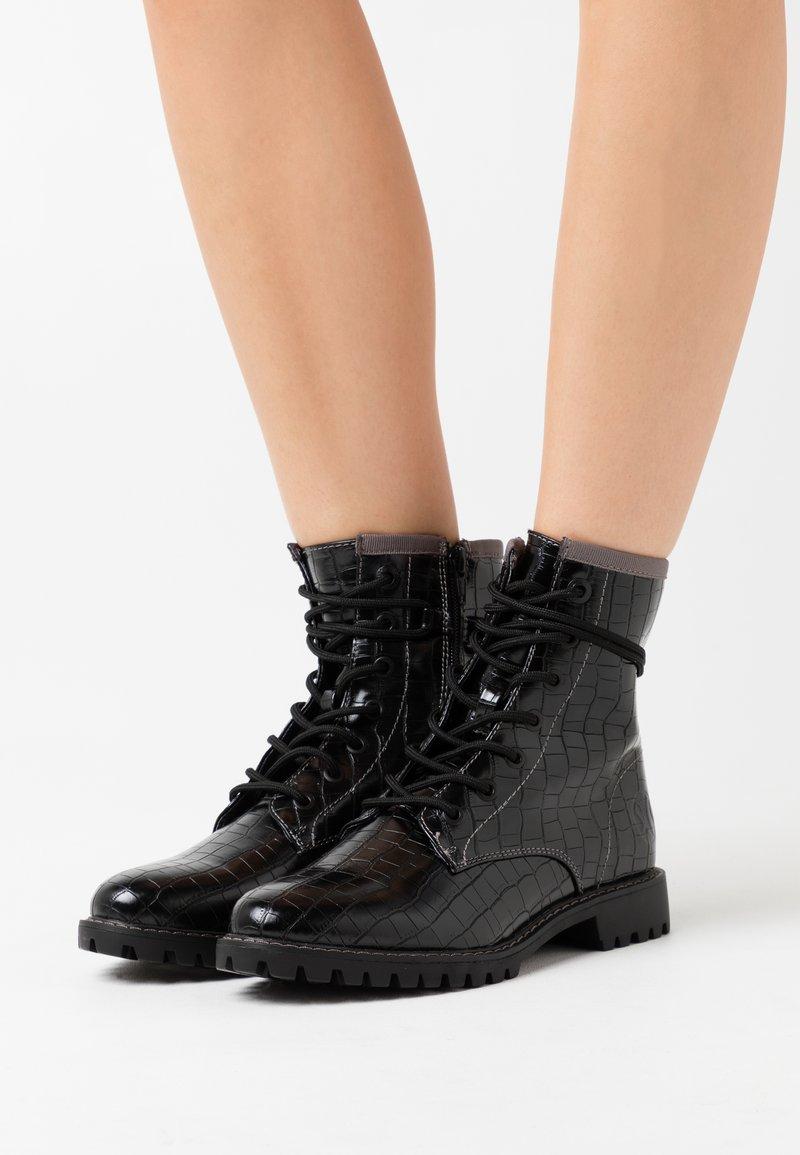 s.Oliver - Šněrovací kotníkové boty - black