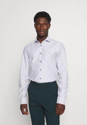 DOBBY TEXTURE SHIRT - Formal shirt - white/navy