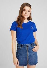 Scotch & Soda - BASIC SHORT SLEEVE TEE IN VARIOUS PRINTS - T-shirts med print - yinmin blue - 0