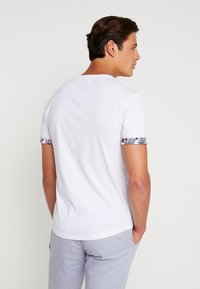 Pier One - T-shirt med print - white - 2