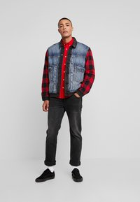 Levi's® Extra - TYPE HYBRID TRUCKER - Denim jacket - blue denim/red - 1