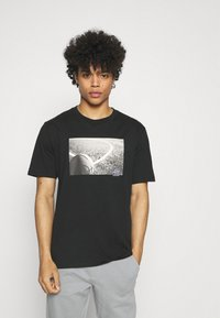 Converse - COURT PHOTO SHORT SLEEVE TEE - Print T-shirt - black - 0