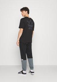 adidas Originals - ABSTRACT TEE UNISEX - Print T-shirt - black - 2