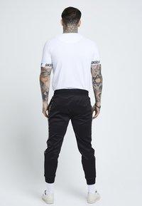 SIKSILK - Pantalon de survêtement - black/gold - 2
