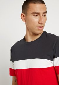 Only & Sons - ONSBAILEY  - T-shirt con stampa - dark navy/racing red - 4